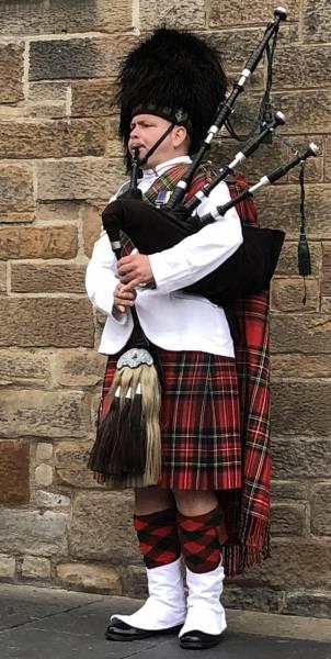 Dudelsackspieler vor Edinburgh Castle