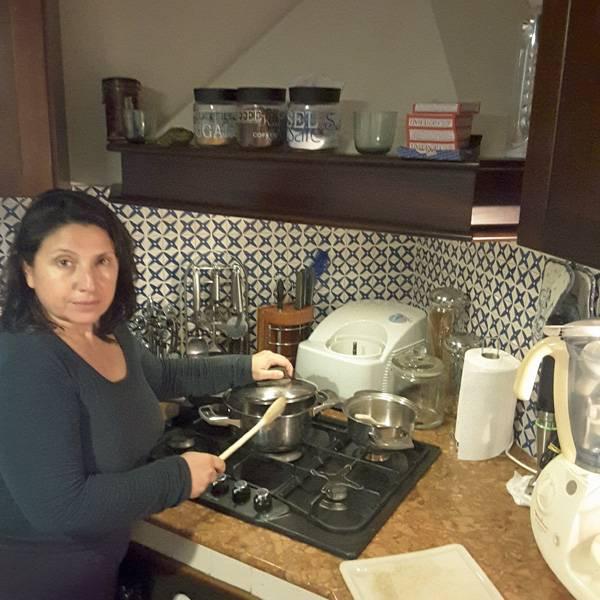 Gästeführerin Marilù Denaro beim Kochen