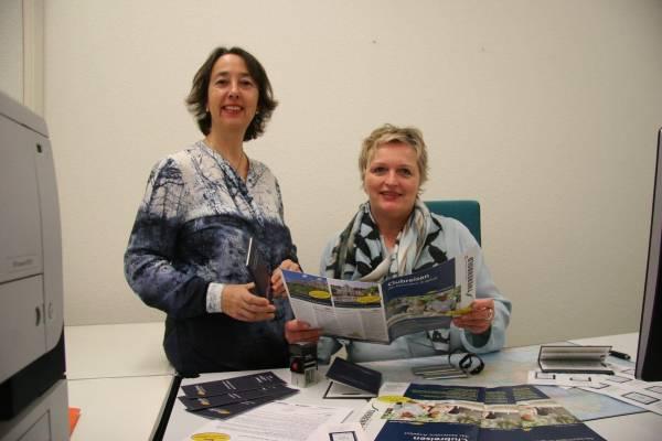 Lorena Wildberger und Astrid Holenweger kümmern sich um den Reiseclub