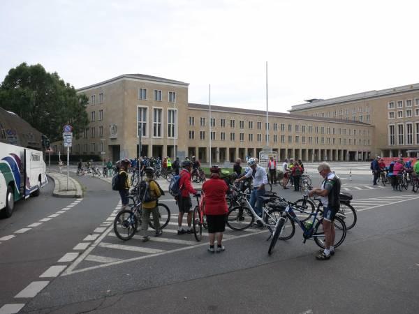 Start der ersten Velotour beim alten Flughafen Berlin-Tempelhof