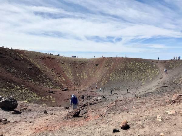 Die Gruppe beim Erkunden eines erloschenen Kraters
